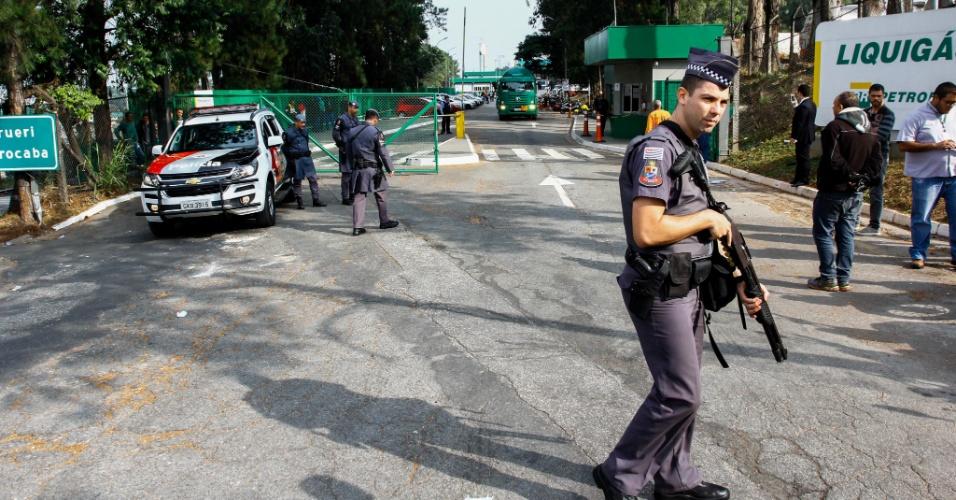 Caminhões de gás com destino a hospitais são liberados com escolta da Polícia Militar. A paralisação dos caminhoneiros contra o aumento do diesel entra no quinto dia nesta sexta-feira (25). Na foto, distribuidora da Liquigás em Barueri (SP)