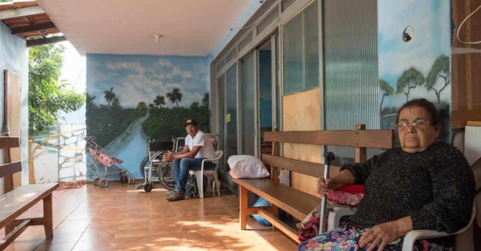 Pacientes do interior do Mato Grosso do Sul descansam na varanda da pensão Dom Aquino