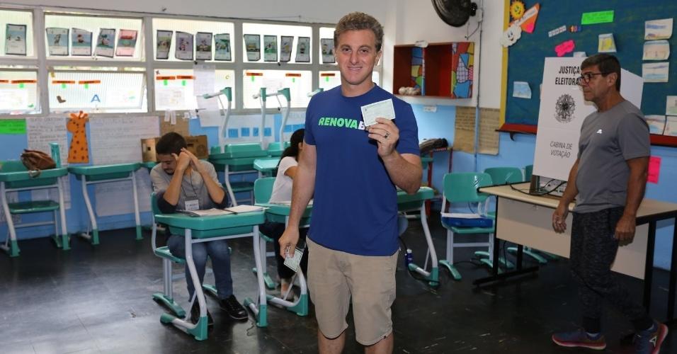O apresentador Luciano Huck vota no Rio de Janeiro