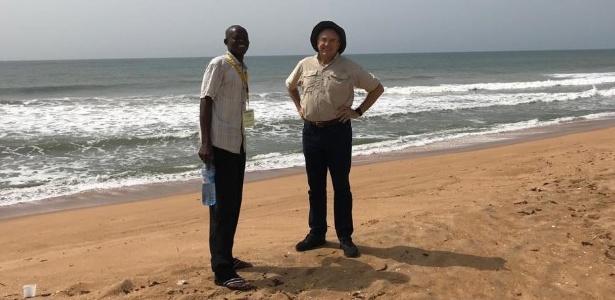 O escritor Laurentino Gomes e um guia local na praia de Ouidá, ponto de embarque de escravos no Benim, oeste da África - Acervo pessoal/Laurentino Gomes