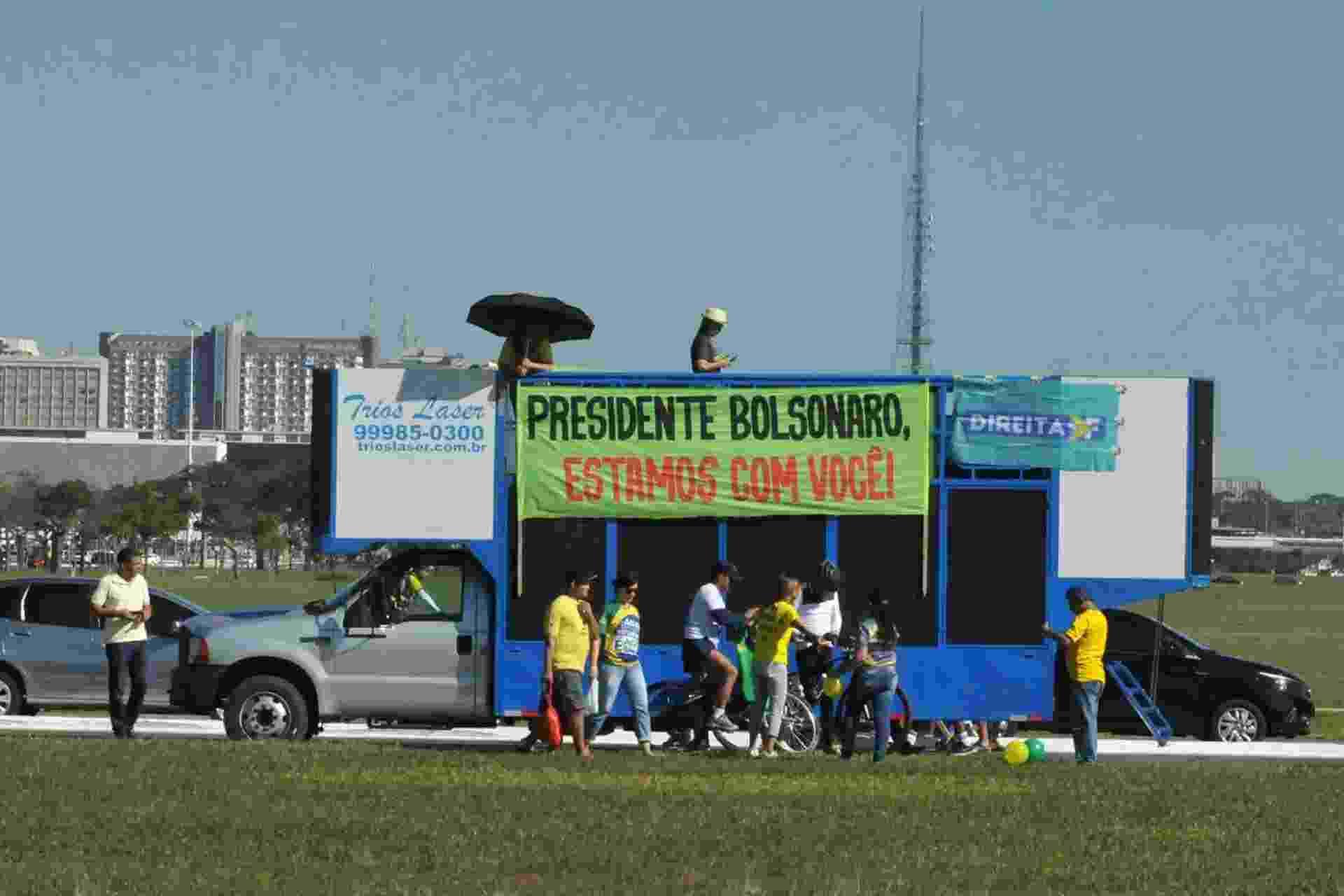 """26.mai.2019 - Em Brasília, manifestantes se reúnem para protestar a favor do governo; em faixa, é possível ler """"Presidente Bolsonaro, estamos com você"""" - Luciano Freire/Futura Press/Estadão Conteúdo"""