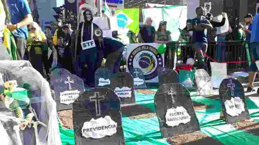 """Estudantes montam um cemitério para representar tudo o que está sendo """"sepultado"""" pela má política em SP - Mirthyani Bezerra/UOL"""