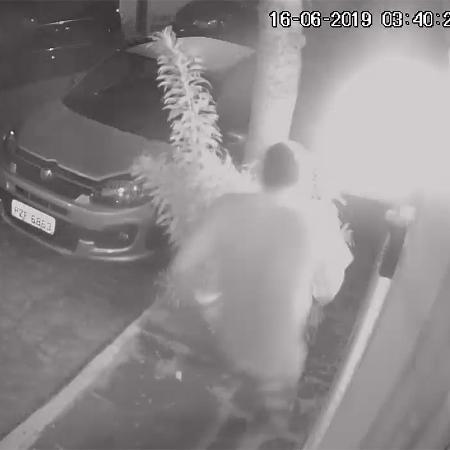 Flávio dos Santos Rodrigues deixa correndo a casa de Flordelis e Anderson do Carmo - Reprodução/Polícia Civil RJ