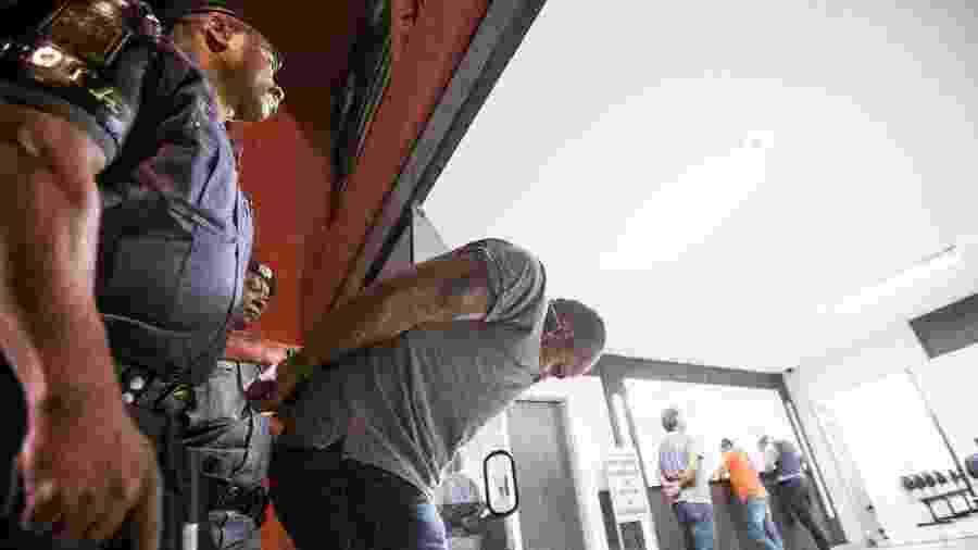 Em janeiro de 2013, policiais da Rota prendem e levam ao 8º DP, no Brás (SP), Odemir Francisco dos Santos, o Branco - 15.jan.2013 - Eduardo Anizelli/Folhapress