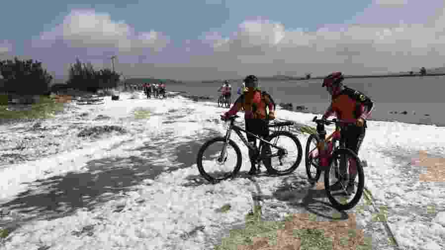 Espuma aparece em praia de Cabo Frio (RJ) e faz a alegria de ciclistas - Divulgação/Show Bike