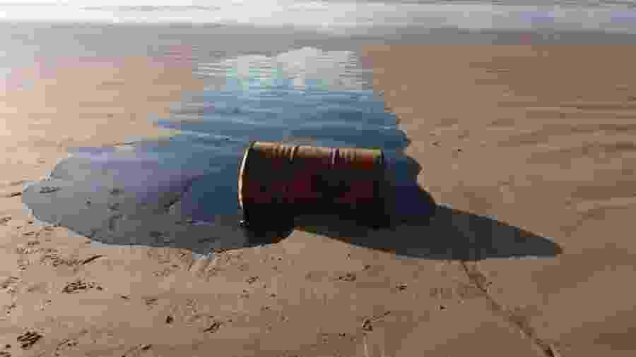 Barril encontrado em praia com óleo derramado está sendo investigado por autoridades no Nordeste - Adema