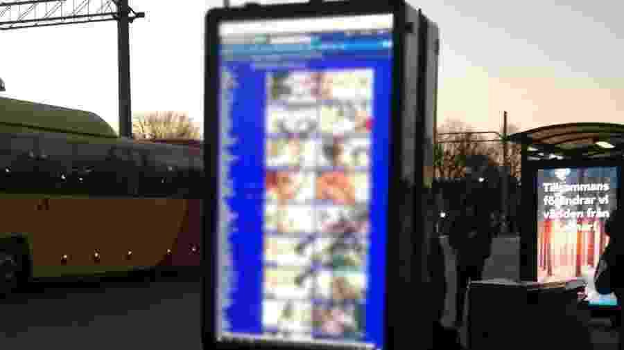 Tela interativa na estação ferroviária de Kalmar, na Suécia, exibiu imagens pornográficas no lugar de horários e anúncios publicitários; polícia investiga - Reprodução/Twitter