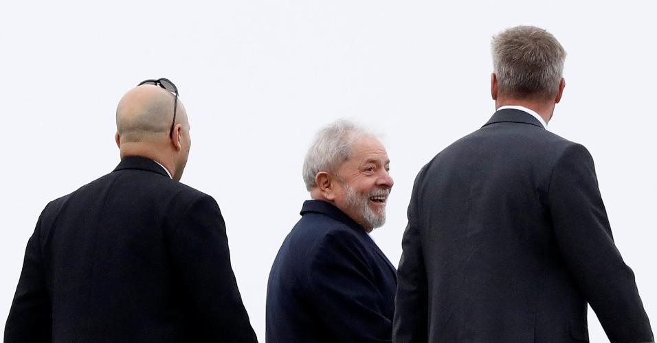 2.mar.19: O ex-presidente Lula, pouco antes de embarcar em helicóptero em Curitiba, após deixar a prisão para ir ao velório do irmão
