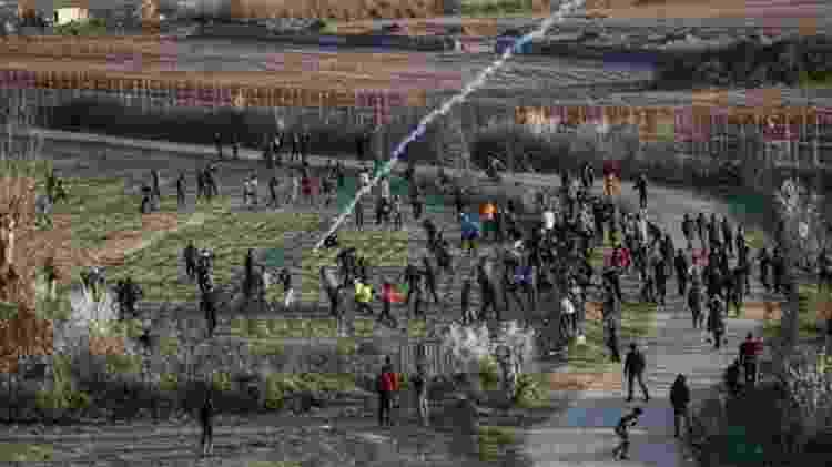 Em meio à crise migratória na Grécia, forças de segurança do país estão tentando dispersar os solicitantes de asilo com gás lacrimogêneo - Getty Images - Getty Images