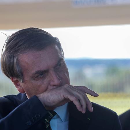 30.mar.2020 - O presidente Jair Bolsonaro conversa com a imprensa na saída do Palácio da Alvorada, em Brasília - Frederico Brasil/Futura Press/Estadão Conteúdo
