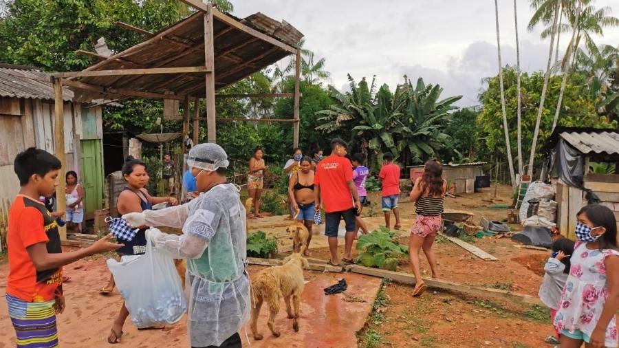 Distribuição de máscaras na comunidade indígena de Boa Esperança, na BR-307, onde foi registrado um óbito de indígena registrado por Covid-19, em São Gabriel da Cachoeira (AM) - DSEI-ARN (Distrito Sanitário Especial Indígena)