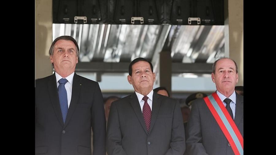 Jair Bolsonaro, o vice Hamilton Mourão e o ministro da defesa Fernando Azevedo e Silva; decreto impõe sigilo a dados sobre lançador de satélite - Marcos Corrêa/PR