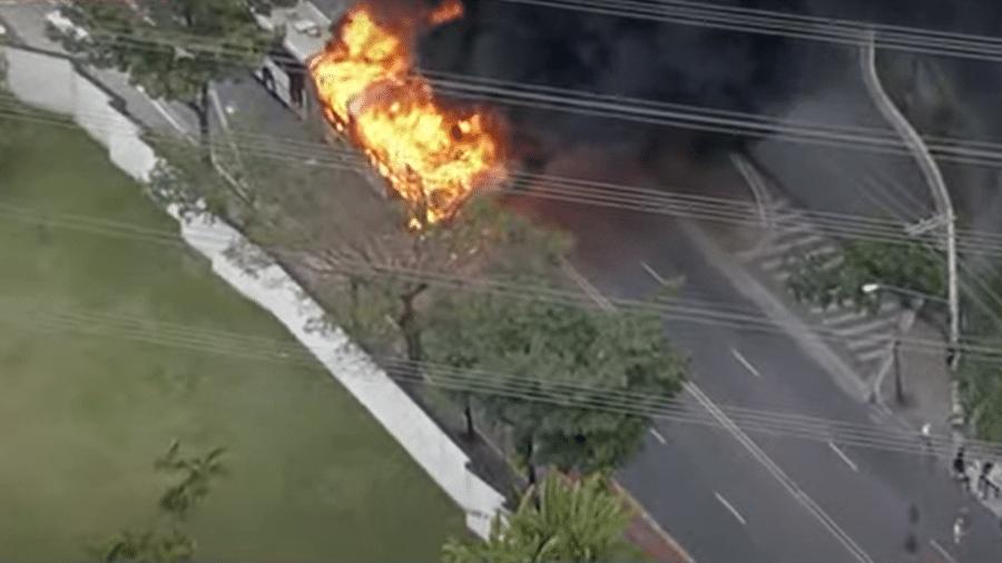 Ônibus foi quebrado e depois queimado por moradores locais - Reprodução/ Bandeirantes