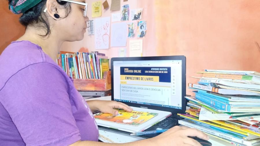 Carolina Araújo é uma das gestoras culturais que coordenam o programa de delivery de livros em Perus - Djair Silva