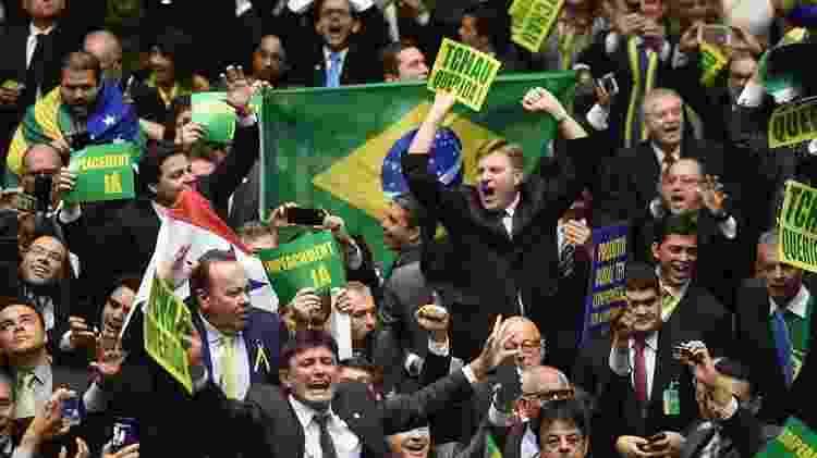 Deputados celebrando o resultado da votação pelo impeachment de Dilma Rousseff - AFP - AFP
