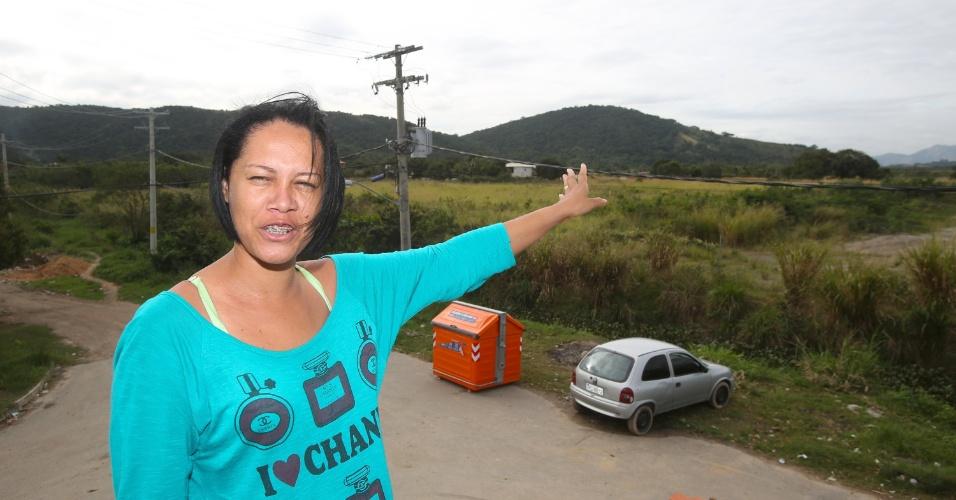 6.jul.2015 - A cabelereira Cláudia Pereira dos Santos, 28, mostra terreno onde foi construído o Campus Fidei (Campo da Fé) da JMJ (Jornada Mundial da Juventude) de 2013, em Guaratiba, na zona oeste do Rio de Janeiro