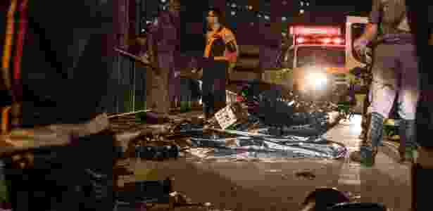 16.set.2015 - Equipes de resgate atendem a acidente entre carro e moto que deixou dois mortos no viaduto Júlio de Mesquita Filho, no bairro da Bela Vista, região central de São Paulo - Marcelo Brammer/Brazil Photo Press/Estadão Conteúdo