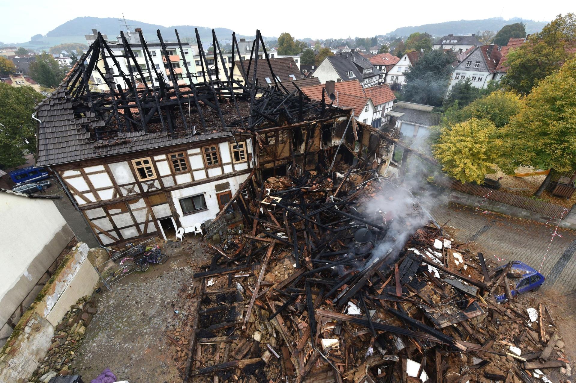 20.out.2015 - Casa ocupada por imigrantes da Bulgária e da Polônia pegou fogo em Gudensberg, na Alemanha. Segundo a polícia local, não há indícios de xenofobia