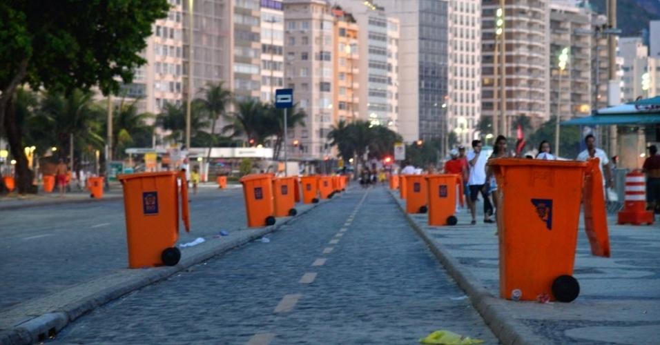 1º.jan.2016 - Lixeiros foram colocados no calçadão da praia de Copacabana, na zona sul do Rio de Janeiro, no primeiro dia de 2016, após a tradicional festa de Réveillon