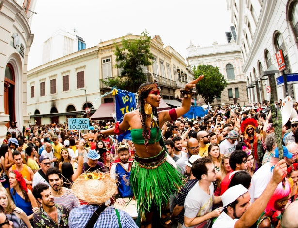 Blocos carnavalescos desfilaram pelas ruas do centro do Rio