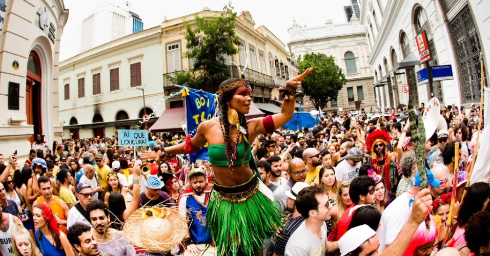 3.jan.2016 - Já tem Carnaval no Rio! Blocos carnavalescos desfilaram por ruas do centro da capital neste domingo, dia que marca a abertura não-oficial da festa. Em 2016, a maior festa popular brasileira ocorre no início de fevereiro - a terça-feira de Carnaval será no dia 9 do segundo mês do ano