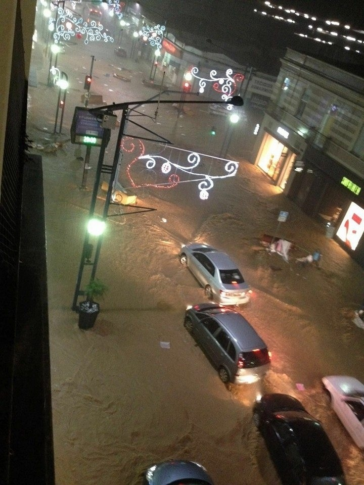20.jan.2016 - A cidade de Poços de Caldas (MG) ficou alagada após as fortes chuvas que atingiram o município na noite de terça-feira (19). Segundo informações divulgadas pela prefeitura, choveu o equivalente ao esperado para todo o mês de janeiro