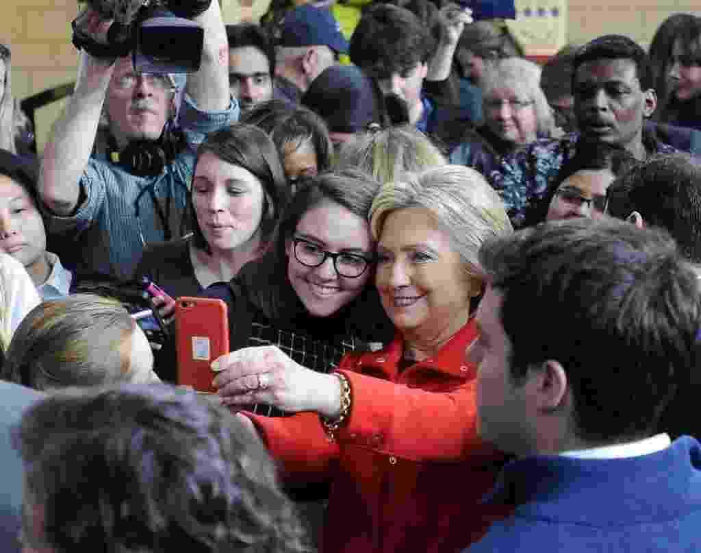 30.jan.2016 - A pré-candidata do Partido Democrata à presidência dos Estados Unidos HIllary Clinton tira selfie com eleitores após um discurso de campanha na Universidade Estadual de Iowa neste sábado (30). No dia 1º de fevereiro, o Partido Democrata inicia seu processo de escolha do candidato a ocupar o cargo de Barack Obama no próximo mandato - Craig Lassig/Efe