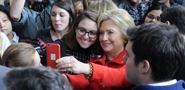 Pré-candidata democrata, Hillary Clinton posa com eleitores após discurso de campanha em Iowa