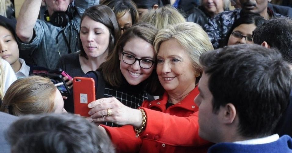 30.jan.2016 - A pré-candidata do Partido Democrata à presidência dos Estados Unidos HIllary Clinton tira selfie com eleitores após um discurso de campanha na Universidade Estadual de Iowa neste sábado (30). No dia 1º de fevereiro, o Partido Democrata inicia seu processo de escolha do candidato a ocupar o cargo de Barack Obama no próximo mandato