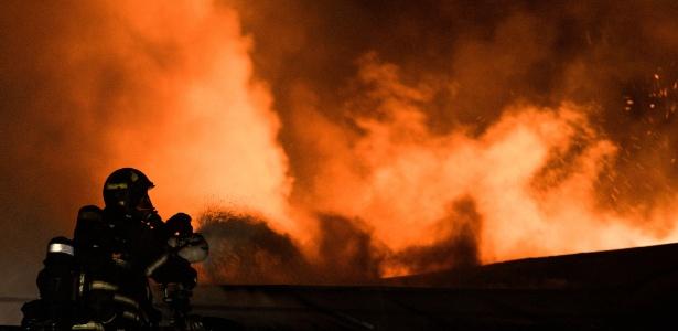 Bombeiro tenta conter fogo em uma fábrica em Moscou. Pelo menos oito pessoas morreram no incêndio criminoso