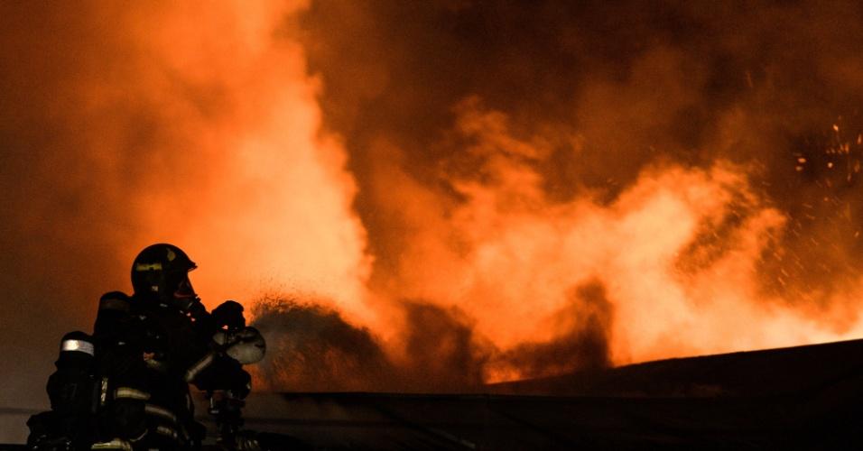 30.jan.2016 - Bombeiro tenta conter fogo em uma fábrica em Moscou. Pelo menos oito pessoas morreram no incêndio criminoso ocorrido na noite deste sábado (horário local)