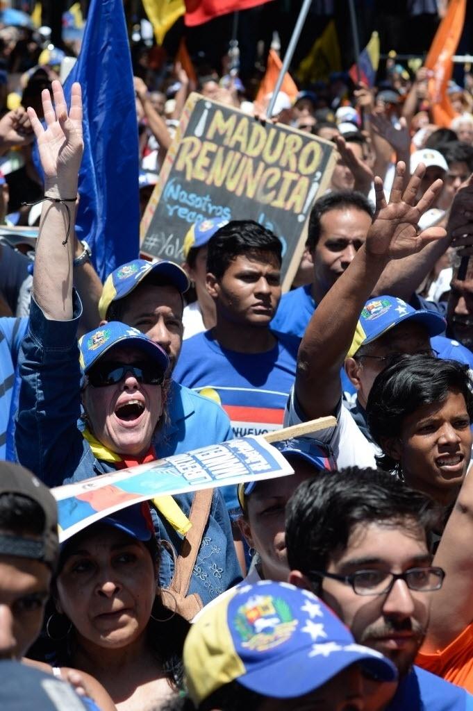 """12.mar.2016 - """"Maduro, renuncie"""", diz o cartaz de um venezuelano em manifestação pela saída do presidente Nicolás Maduro do poder, neste sábado (12), em Caracas. O país enfrenta uma grave recessão, com inflação de três dígitos e insegurança crescente"""