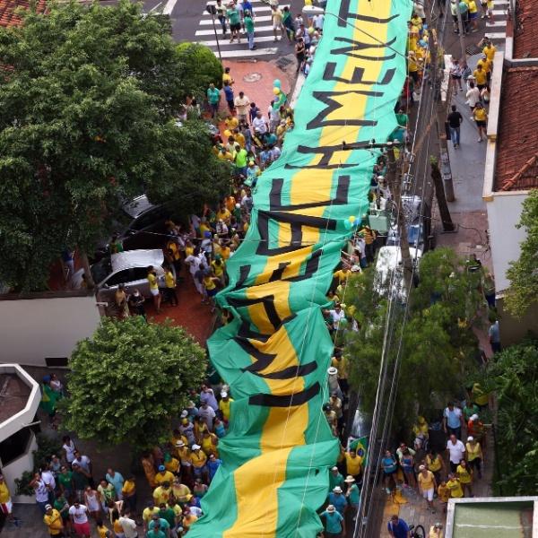 13.mar.2016 - Manifestantes fazem ato contra o governo de Dilma Rousseff (PT), em Ribeirão Preto, interior de São Paulo