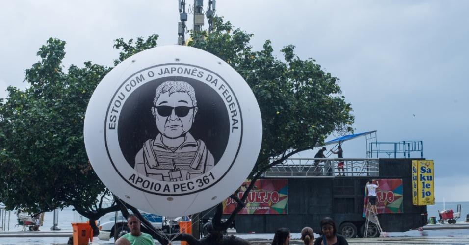 13.mar.2016 - Organização do protesto na praia de Copacabana, no Rio de Janeiro, neste domingo (13). Manifestações devem ocorrer em pelo menos 415 cidades brasileiras e outras 23 no exterior, de acordo com os movimentos organizadores