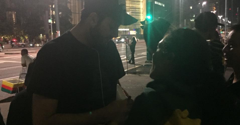 O comediante Danilo Gentili passou pelo acampamento durante a madrugada e conversou com os manifestantes