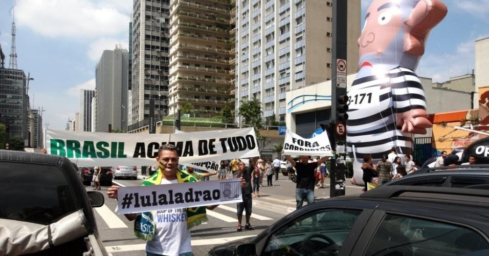 21.mar.2016 - Manifestantes estendem faixas na avenida Paulista pedindo a renúncia da presidente Dilma Rousseff e prisão do ex-presidente Luiz Inácio Lula da Silva