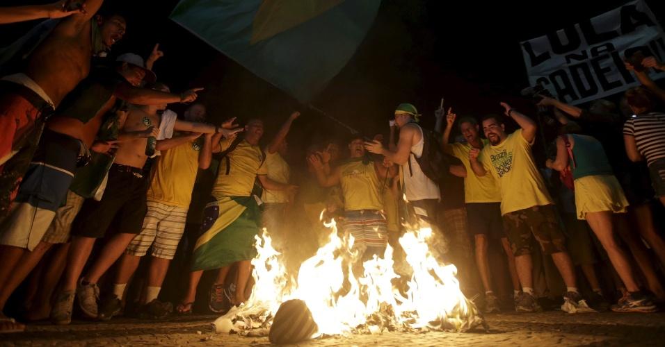 17.abr.2016 - Manifestantes favoráveis ao impeachment da presidente Dilma Rousseff comemoram resultado da votação na Câmara dos Deputados, no Rio de Janeiro