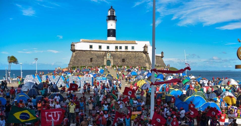 17.abr.2016 - Manifestantes protestam contra o impeachment da presidente Dilma Rousseff, no Farol da Barra, em Salvador