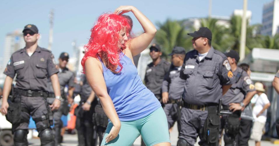 17.abr.2016 - Mulher dança funk diante de policiais em manifestação de funkeiros contra o impeachment da presidente Dilma Rousseff na avenida Atlântica, na praia de Copacabana, no Rio de Janeiro