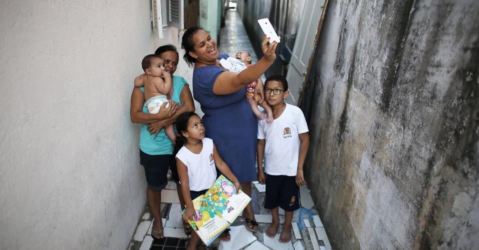 Jaqueline já tinha dois filhos. Os sintomas do vírus da zika começaram a aparecer no começo da gravidez. Ela afirma que desde o diagnóstico sabia que seria difícil manter, além dos outros filhos, uma criança que precisa de maiores cuidados. O marido dela ganha por volta de R$ 2.000 por mês para sustentar a casa