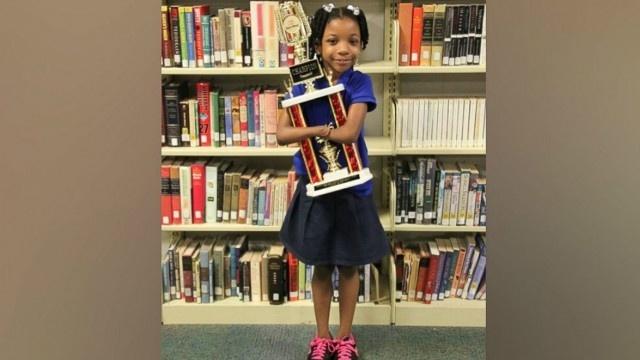 Menina que nasceu sem mãos vence concurso de caligrafia nos EUA
