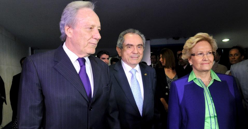 12.mai.2016 - Presidente do STF, Ricardo Lewandowski (à esq.), chegou ao Senado por volta das 16h, ao lado do senador Raimundo Lira (PMDB-PB), presidente da comissão do impeachment, e da senadora Ana Amélia (PP-RS). Lewandowski toma posse nesta tarde para conduzir o julgamento de impeachment da presidente Dilma Rousseff