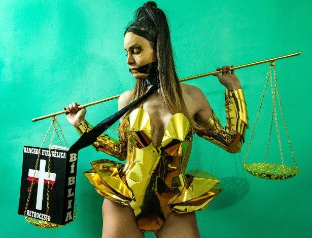 Viviany Beleboni, trans que saiu crucificada na Parada Gay do ano passado, apresenta sua fantasia para esse ano