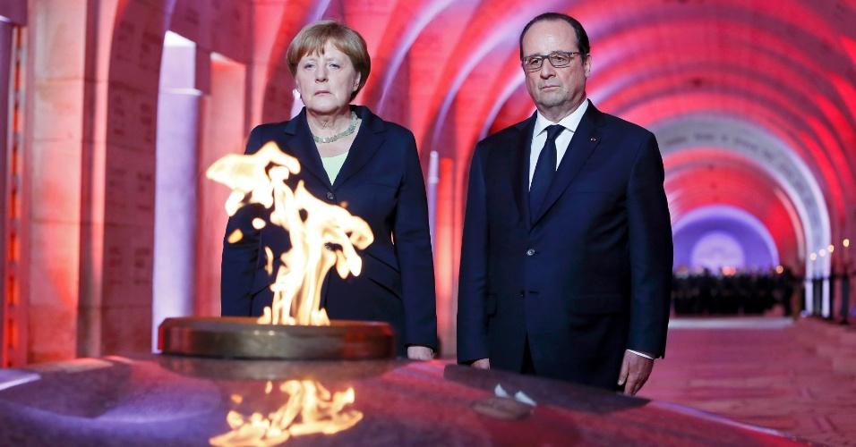 29.mai.2016 - A presidente alemã, Angela Merkel, e o presidente francês, François Hollande, participam de cerimônia na França em homenagem aos 100 anos da batalha de Verdun, uma das maiores da Primeira Guerra Mundial e que opôs alemães e franceses