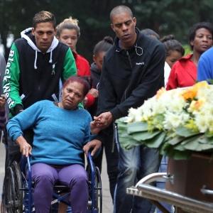 4.jun.2016 - Parentes e amigos do menino de 10 anos morto por policiais militares comparecem ao enterro do garoto no Cemitério São Luiz