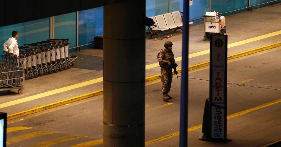 28.jun.2016 - Oficial armado faz guarda no aeroporto de Ataturk, em Istambul, na Turquia, após homens se explodirem no local. Dezenas de pessoas morreram e centenas ficaram feridas
