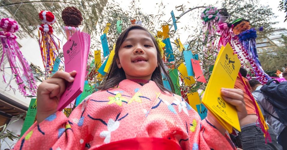 16.jul.2016 - Público comparece ao evento japonês Tanabata Matsuri ou Festival das Estrelas, na Praça da Liberdade, no centro da capital paulista, neste sábado (16). Durante o evento, as pessoas são convidadas a pendurar nas árvores de bambu pedaços de papel com desejos escritos e podem acompanhar danças, música e se deliciar com comidas típicas