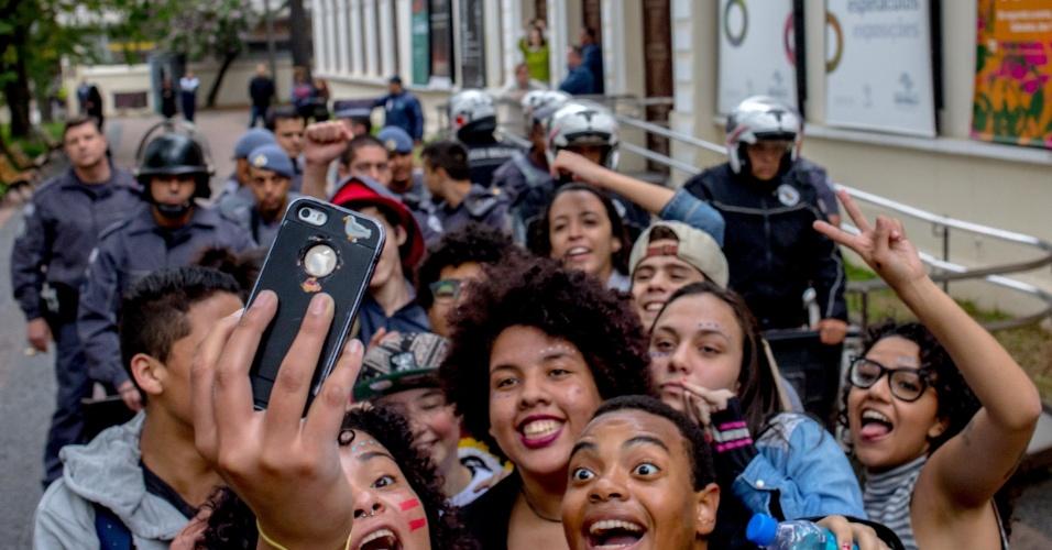 29.jul.2016 - Alunos tiram selfie sob rígido olhar da tropa de choque da Polícia Militar durante protesto na praça da República, no centro de São Paulo. Estudantes e aprendizes realizam na cidade o 1° Ato Contra a Repressão e os Cortes nas Fábricas de Cultura, em protesto contra cortes no setor promovido pela Secretaria de Cultura do Governo do Estado de São Paulo
