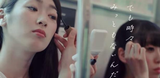 Maquiar-se em público é falta de educação? Para uma empresa de trens do Japão, sim