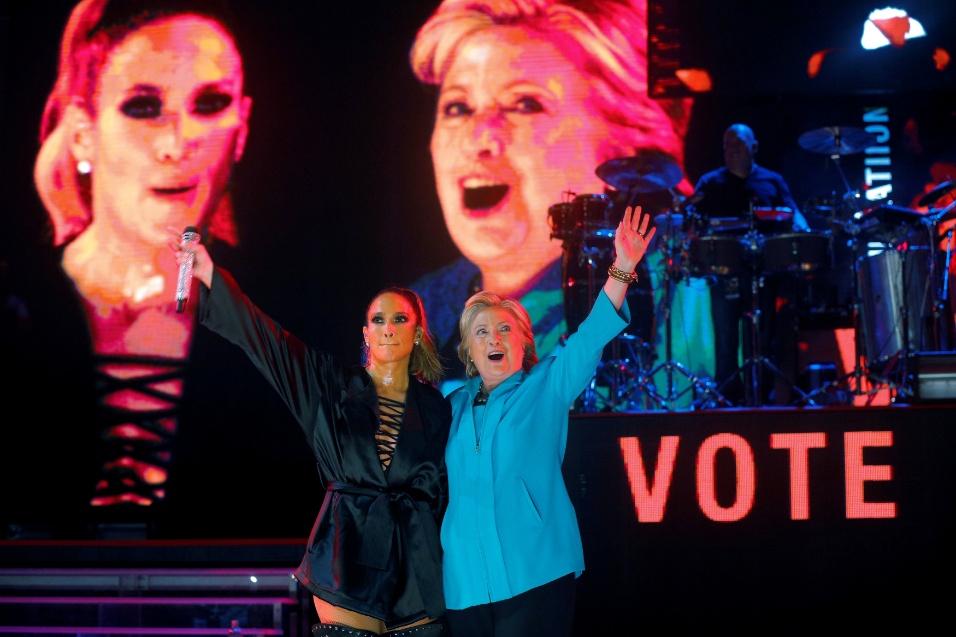 29.out.2016 -Jennifer Lopez e Hillary Clinton aparecem juntas durante show que faz parte da campanha da democrata para a eleição nos EUA, em Miami